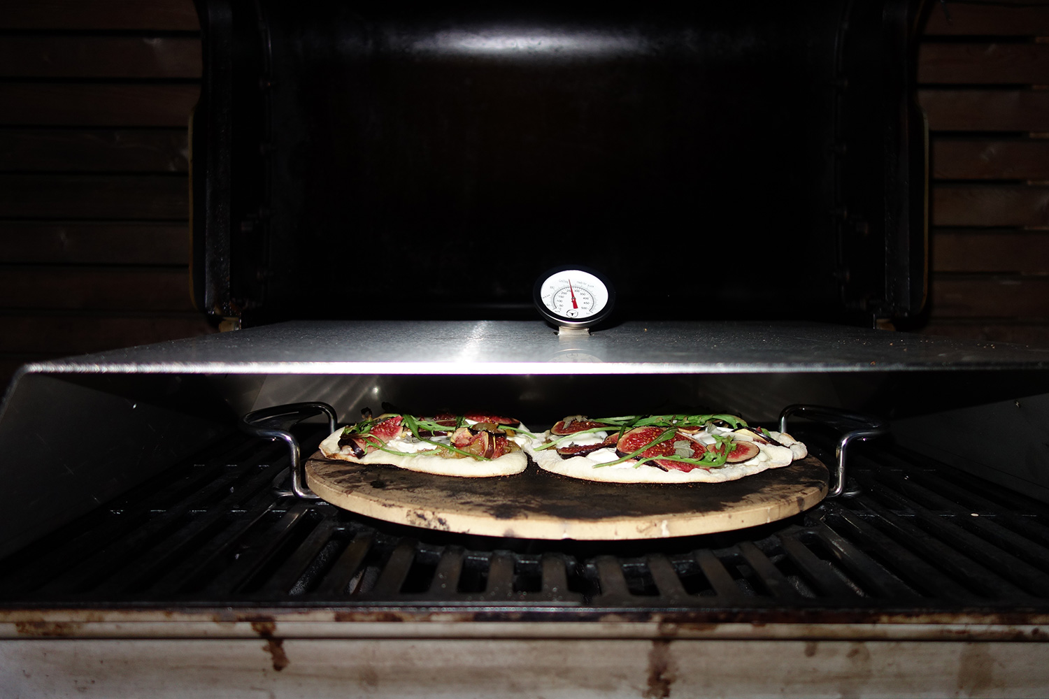 pizza von gasgrill pizzacover von moesta bbq im test grill blog. Black Bedroom Furniture Sets. Home Design Ideas